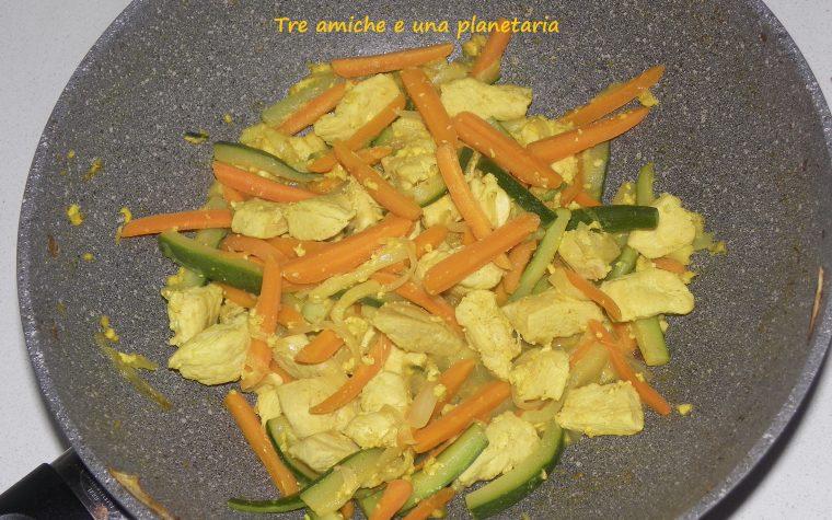Bocconcini di pollo al curry con carote e zucchine