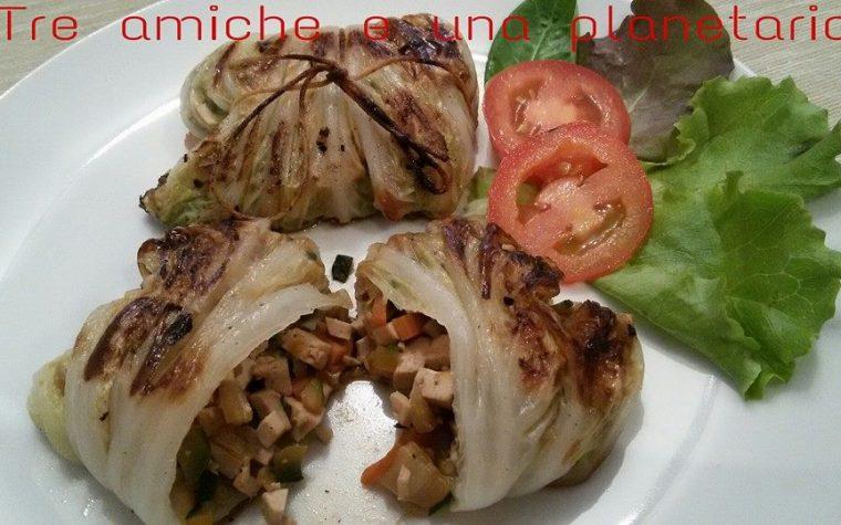Involtini vegan di cavolo cinese ripieni di tofu e verdure