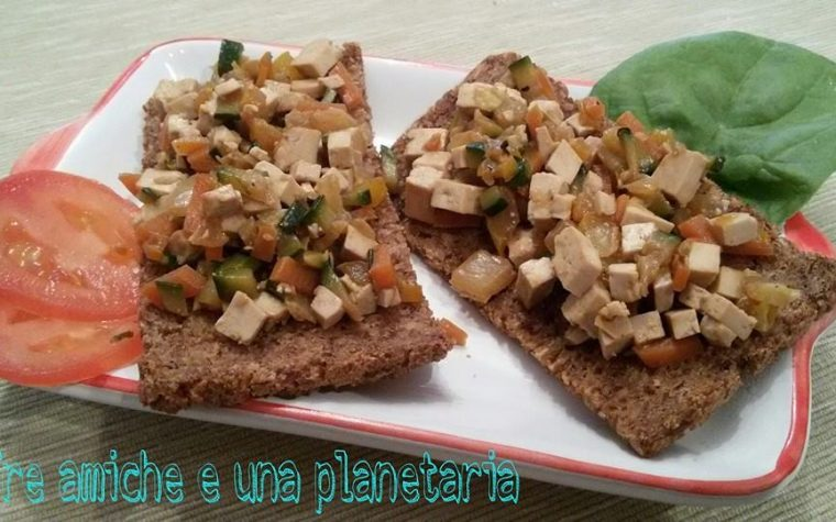 Crostini vegani di pane di segale, tofu e verdure