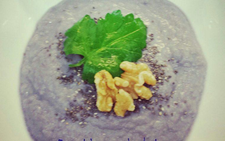 Crema di cavolfiore viola con semi di chia e noci