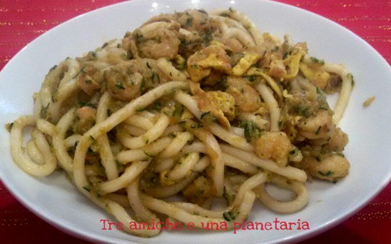 Spaghetti udon con gamberetti e verdure