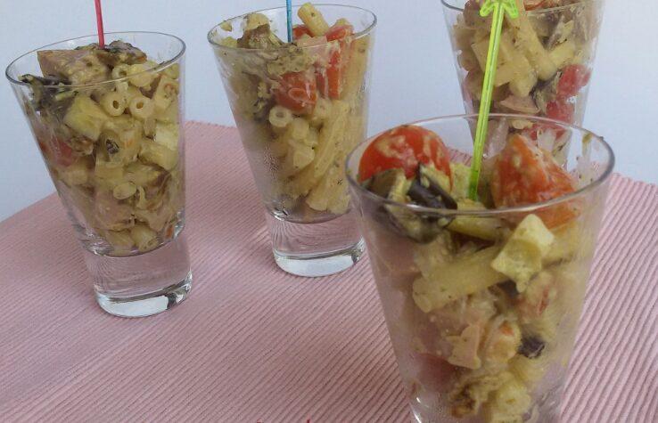 Insalata di pasta fredda al pesto con melanzane e pomodorini