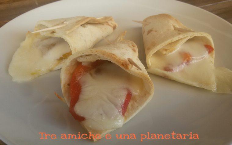 Coni di tortillas con peperoni grigliati e mozzarella