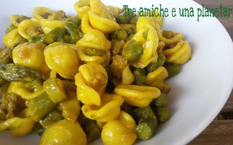 Orecchiette asparagi salsiccia e curcuma