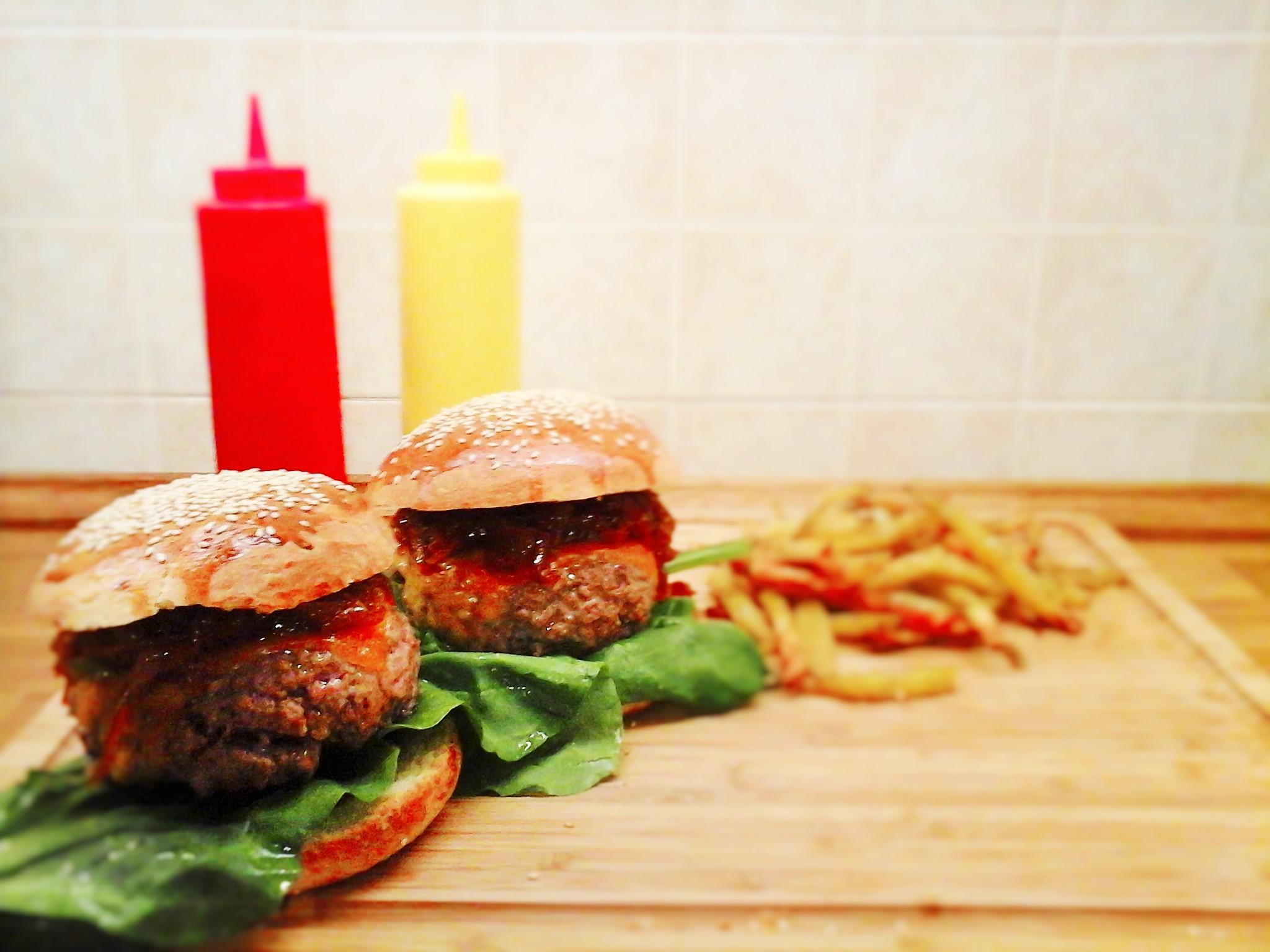 Home-made burger con cipolla caramellata e cheddar