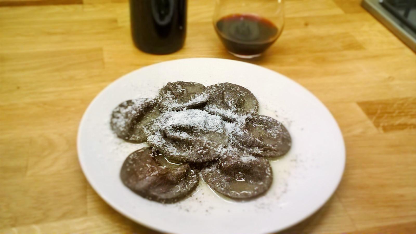 Ravioli al cacao ripieni di erborinato piccante di capra