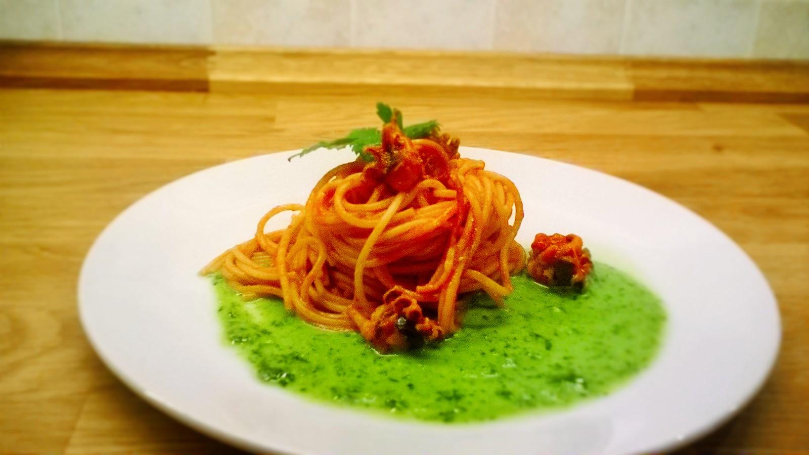 Spaghetti integrali con seppie, piselli ed emulsione di prezzemolo