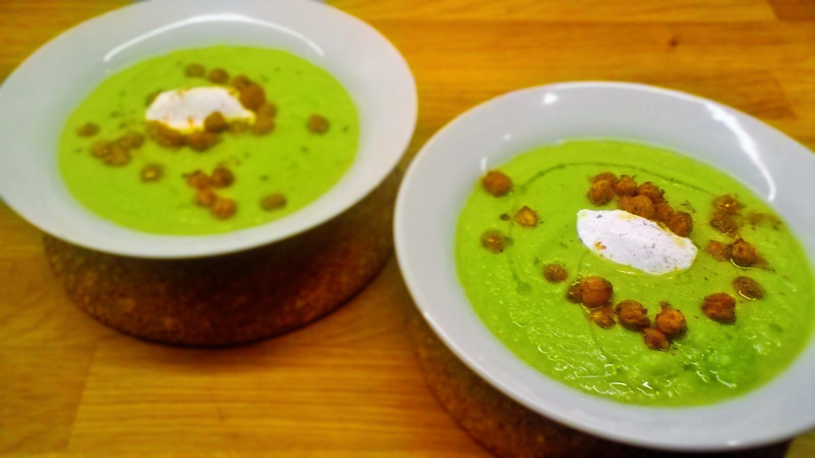 Vellutata di zucchine, avocado e yogurt greco con ceci croccanti