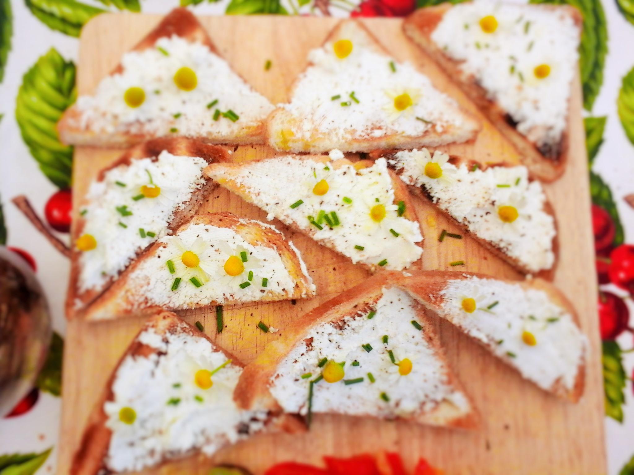 Bruschette al formaggio caprino erba cipollina e fiori di for Ricette asiatiche