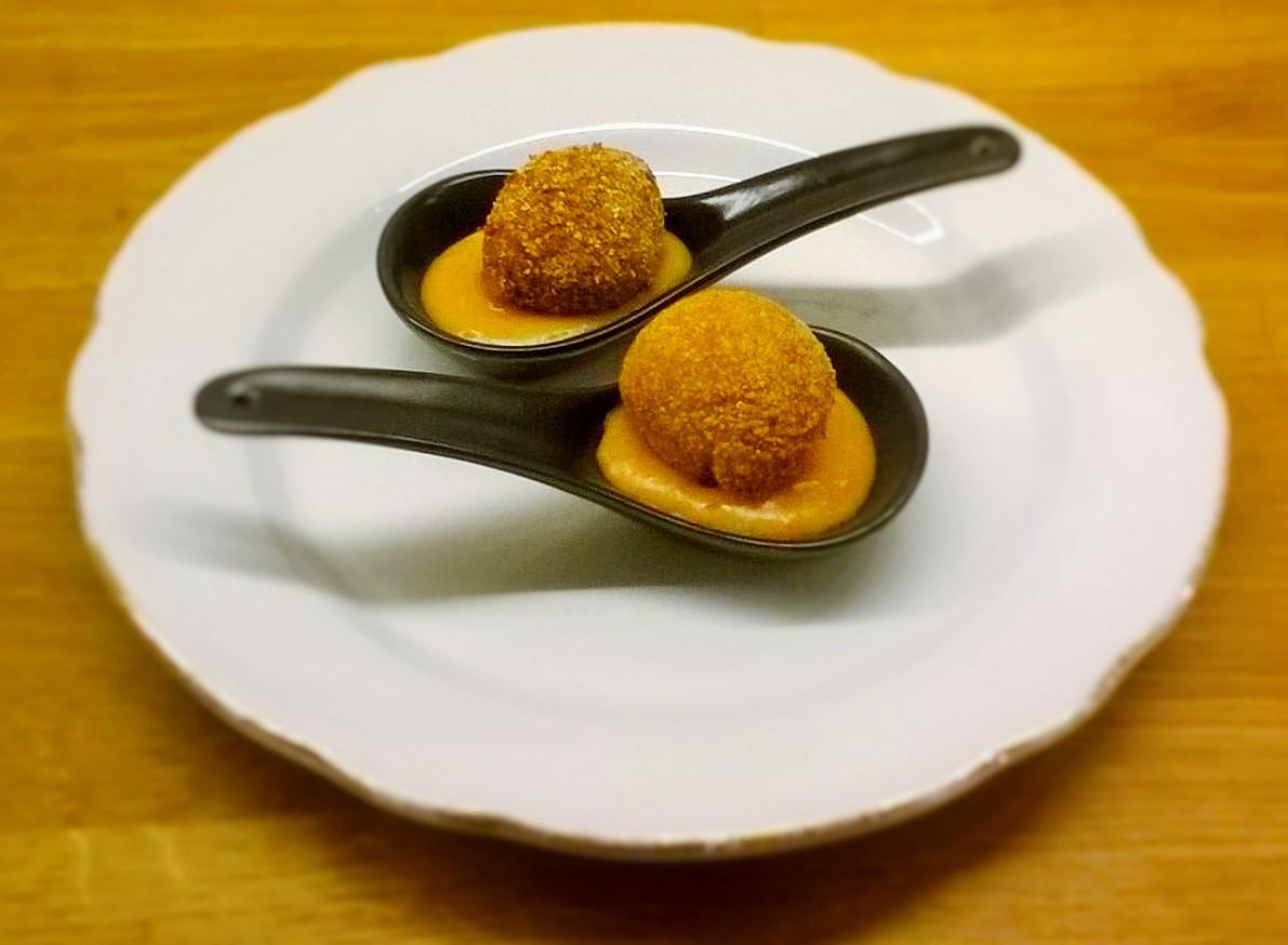 Polpette di melanzane filanti su letto di patate, zucca e zenzero