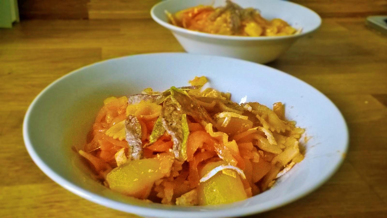Farfalle integrali con cipolle, patate lesse e bucce di patate fritte