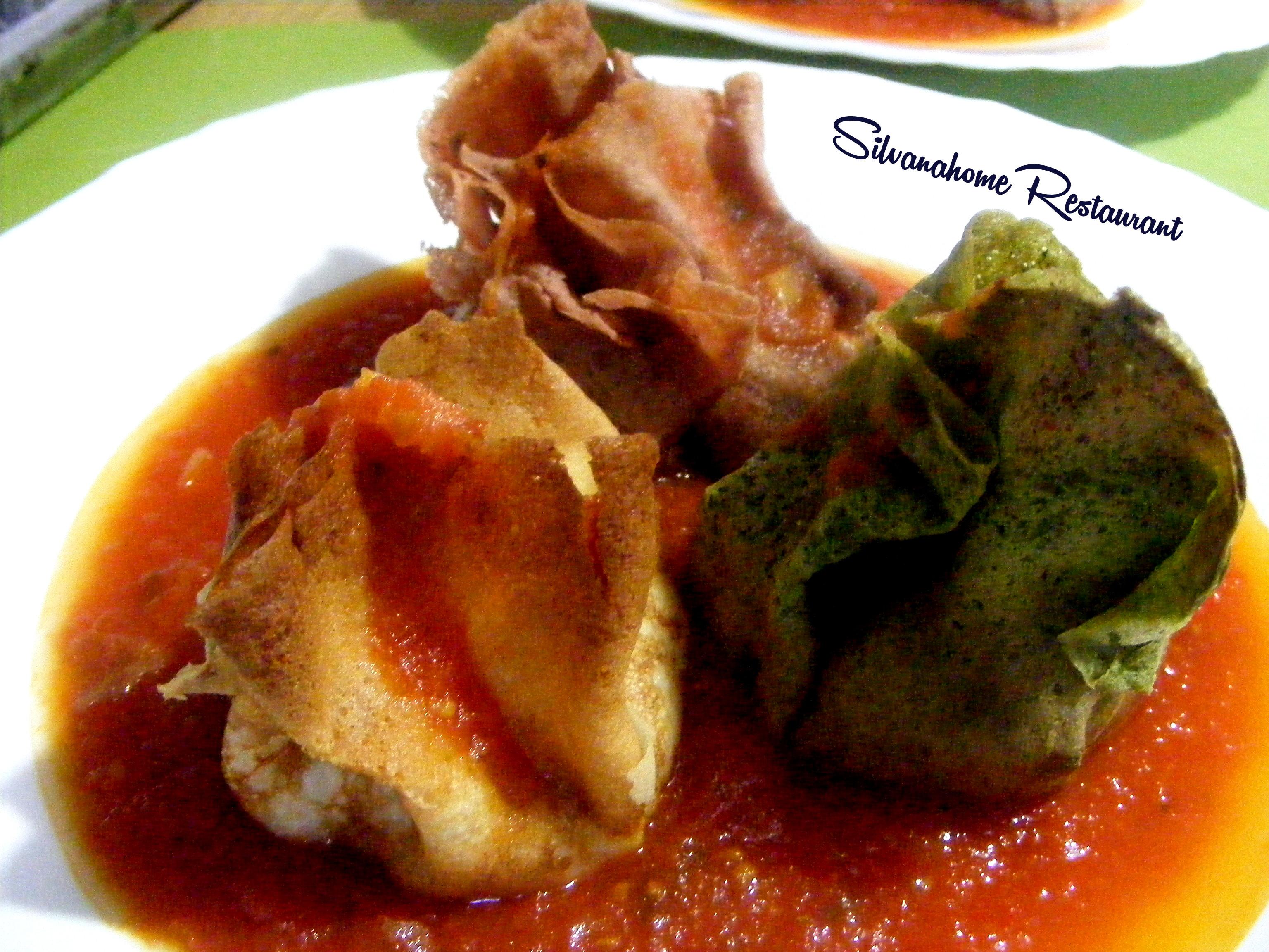 Fagottini di Crepes Colorate con ripieno al Pesto Siciliano  su Salsa di pomodorino datterino