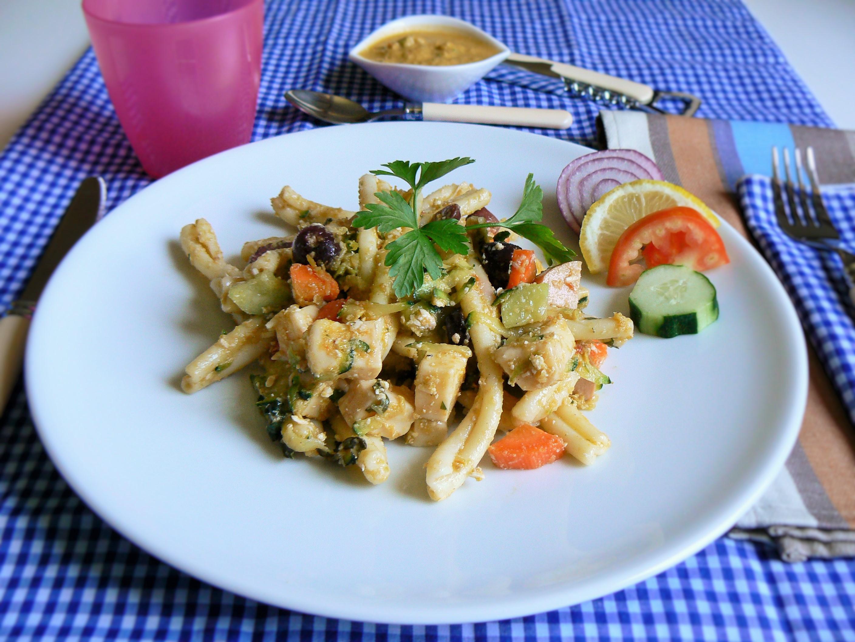 Insalata di pasta con verdure crude e limone