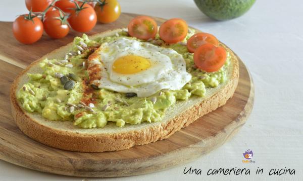 Bruschetta con avocado uovo e pomodorini