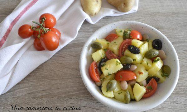 Insalata saporita di patate borlotti e pomodori