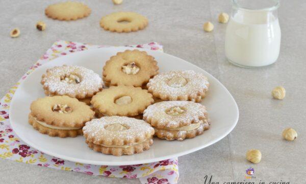 Biscotti con crema alla nocciola bianca