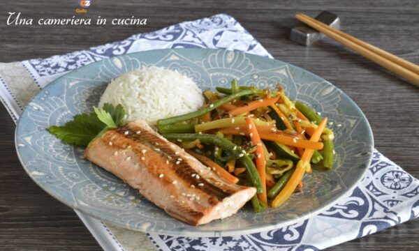Salmone con verdure saltate in padella