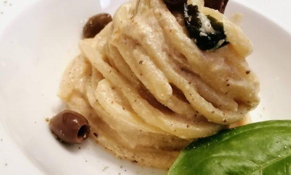 Spaghetti con ricotta e olive taggiasche