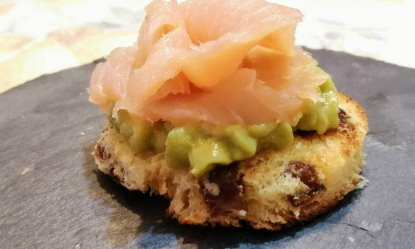 Crostini di panettone con salmone e avocado