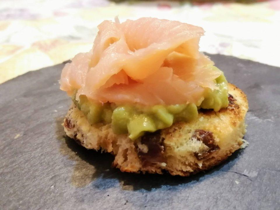 crostino di panettone con salmone e avocado