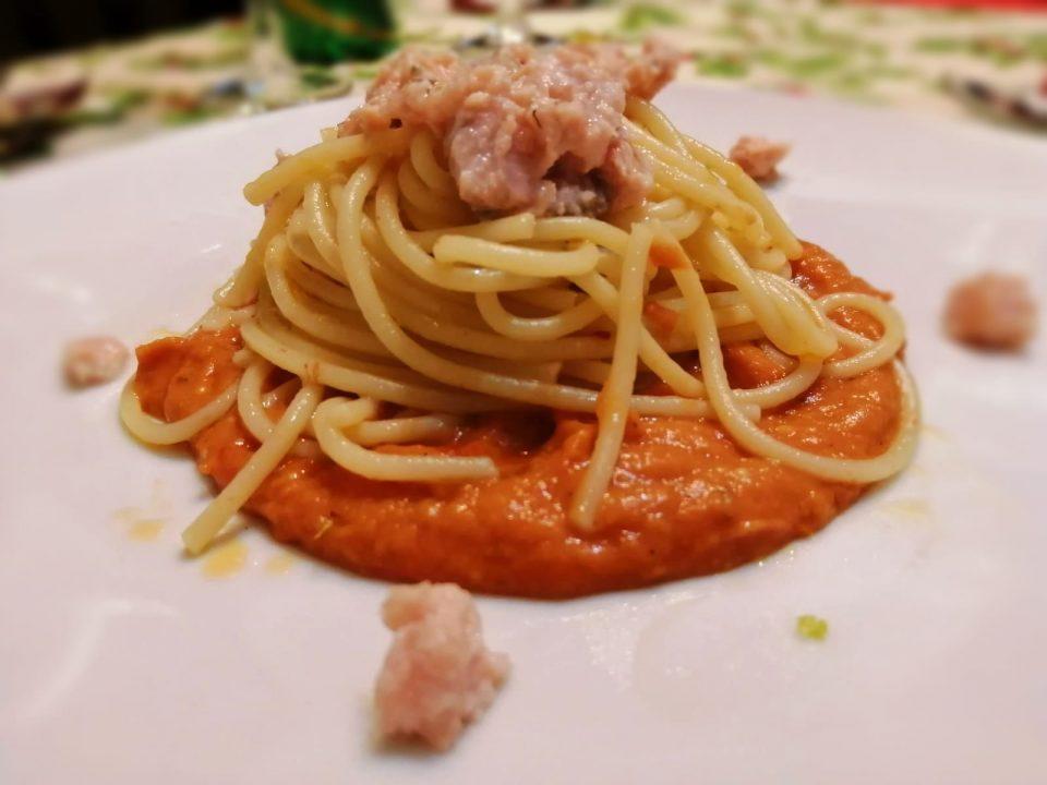 Spaghetti aglio olio e peperoncino con crudo di salmone