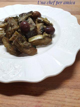 Carciofi in padella con olive e capperi
