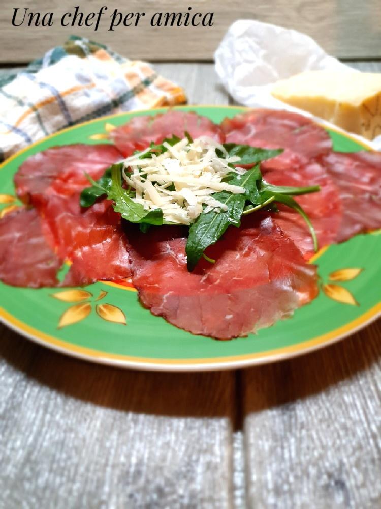 Carpaccio di bresaola con rucola e formaggio 1