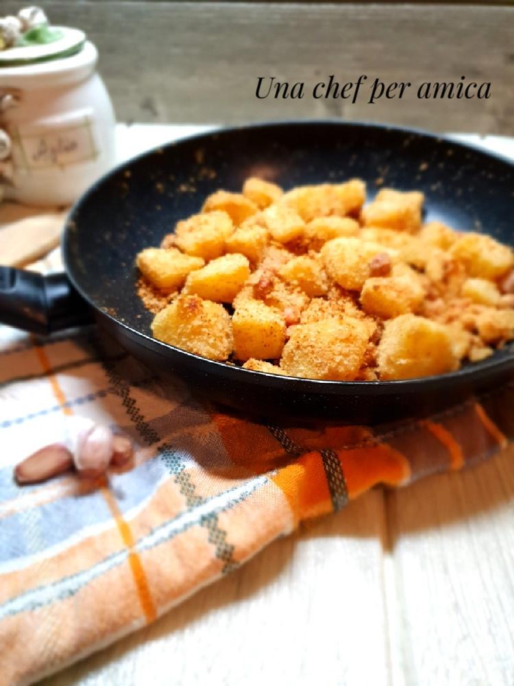 Patate con pane grattugiato e pancetta in padella