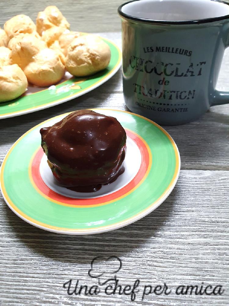 Profitterole.con salsa al cioccolato