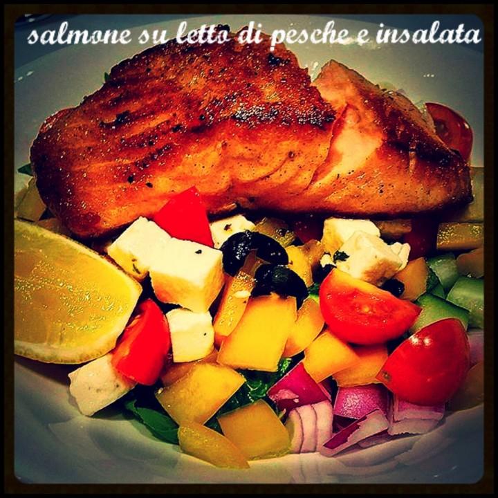 Salmone su letto di pesche e insalata