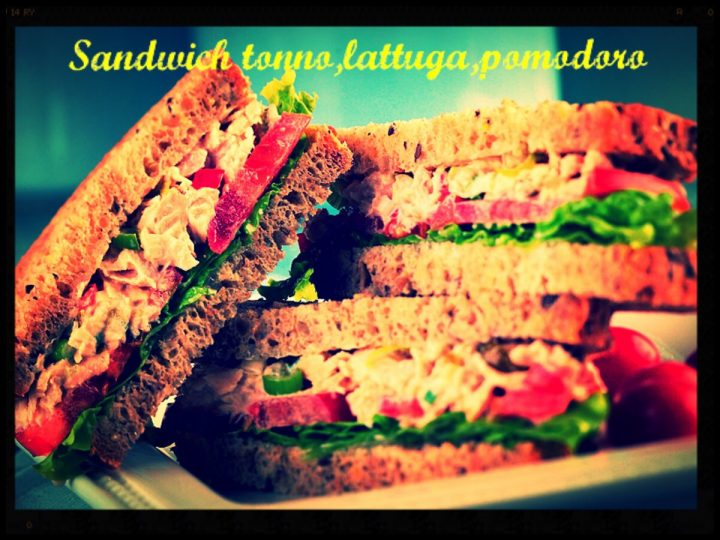 Sandwich, tonno, lattuga, pomodor