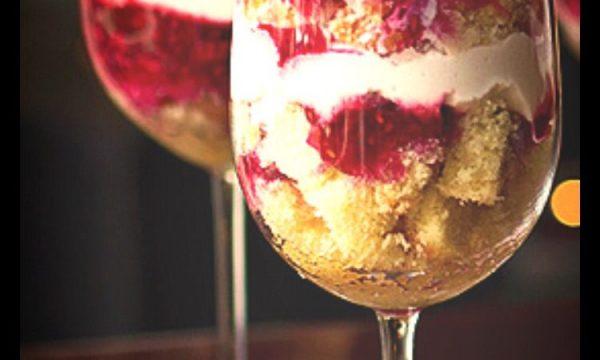 Bicchierini di pandoro, panna e ciliegie