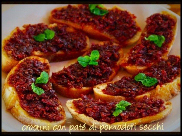 Crostini con patè di pomodori secchi