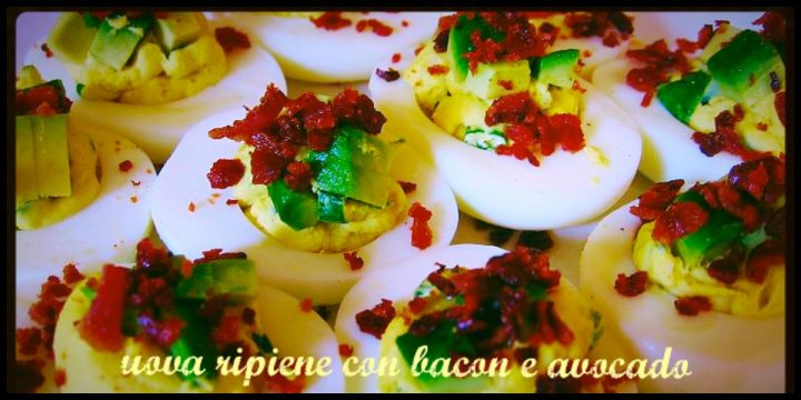 Uova ripiene con avocado e bacon