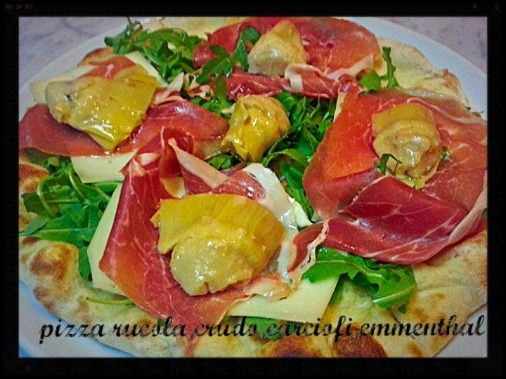 Pizza rucola, crudo, carciofini e emmenthal