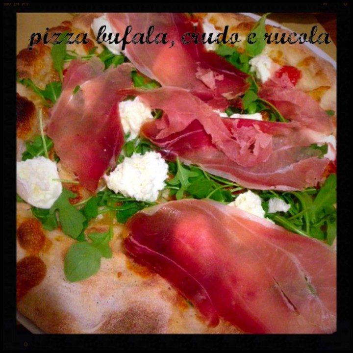 Pizza bufala, crudo e rucola