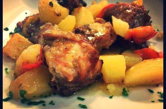 Coniglio al forno con patate e peperoni