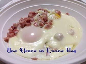 Uova in padella con pancetta e formaggio
