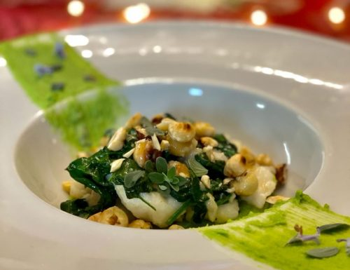Coda di rospo su crema di piselli con nocciole e spinacini freschi: