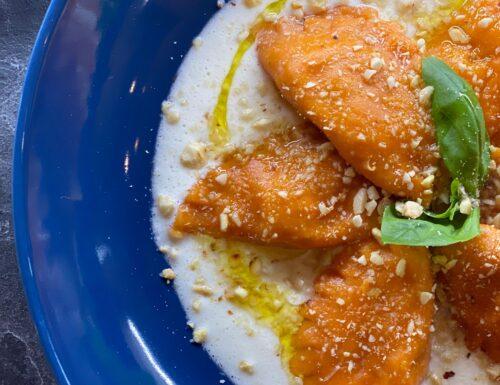 Ravioli con porri, salmone e robiola su colatura di provola e granella di nocciole