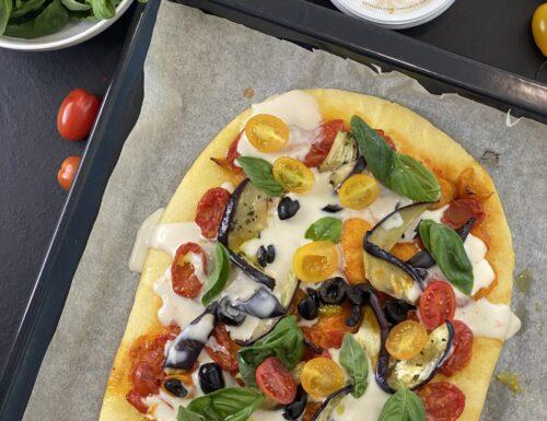 Pizza alle verdure con crema di parmigiano.