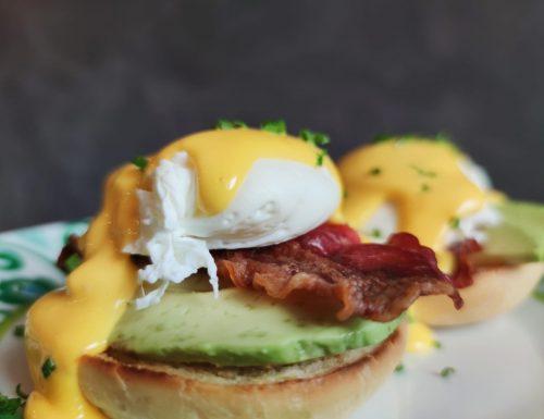 English muffin con uova alla Benedict, avocado e bacon