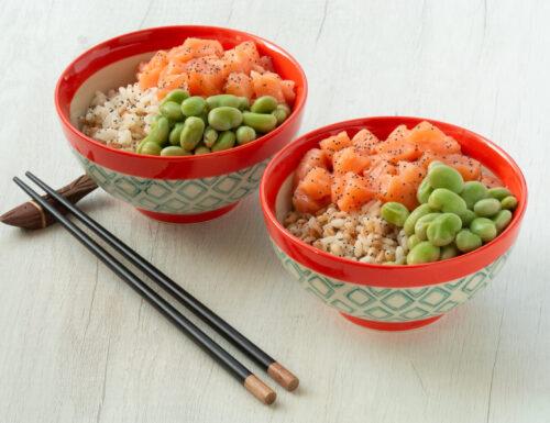Poke bowl al salmone crudo e fave