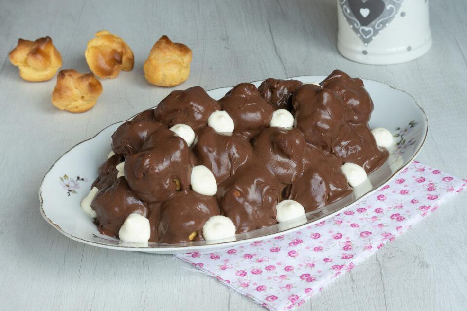 Profitteroles con mousse al cioccolato