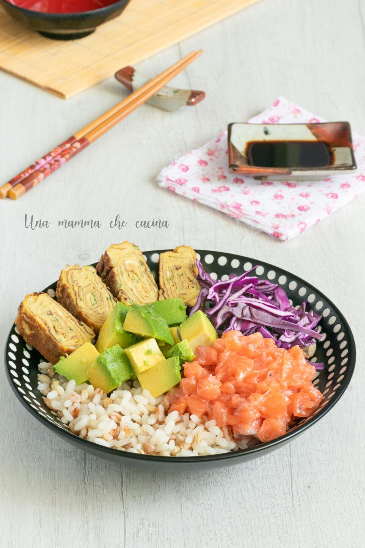 Poke bowl con salmone avocado e tamagoyaki