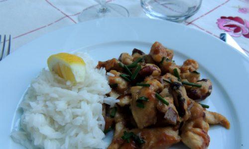Pollo anacardi e mandorle con riso indica