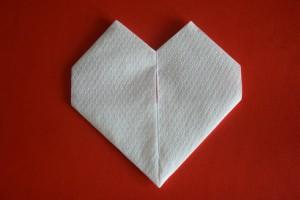 piegare un tovagliolo a cuore 10