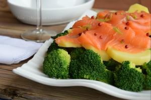 insalata tiepida di patate, broccoli e salmone
