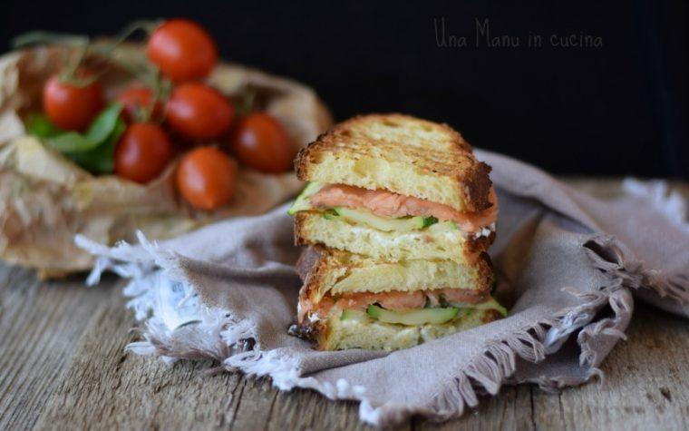 Panino grigliato con zucchine, salmone e formaggio