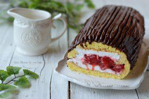 Tronchetto con panna, fragole e cioccolato